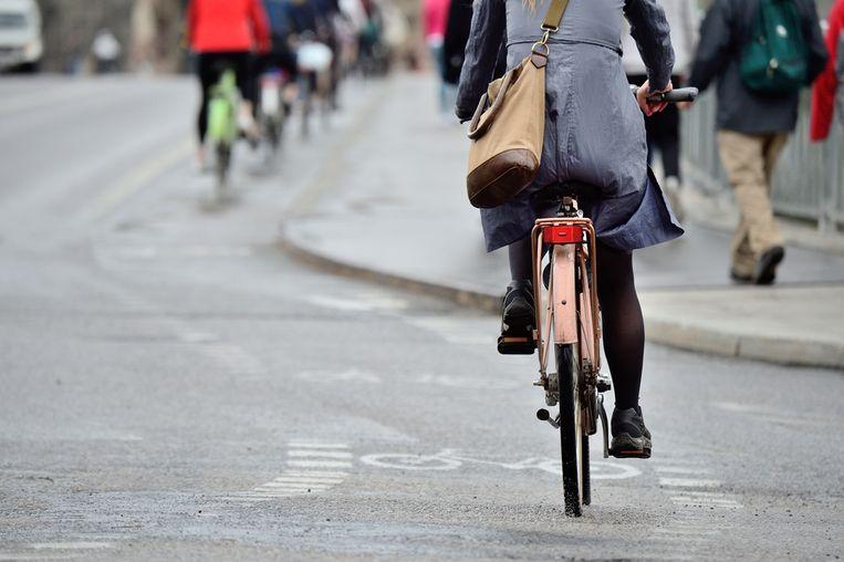 Steeds meer werkgevers bieden hun werknemers een fietsvergoeding aan. Gemiddeld 12 procent van de werknemers krijgt nu zo'n vergoeding, wat een stijging betekent van 2 procent ten opzichte van 2016. Met de fiets (een deel van) het woon-werkverkeer afleggen, kan je een mooi bedrag opleveren dat kan oplopen tot honderden euro's per jaar. Veerle Michiels, mobiliteitsexpert van SD Worx, legt uit hoe het precies zit.
