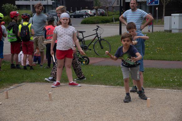 De Jeugdgemeenteraad trakteerde op ijsjes op de Buitenspeeldag in Melle.