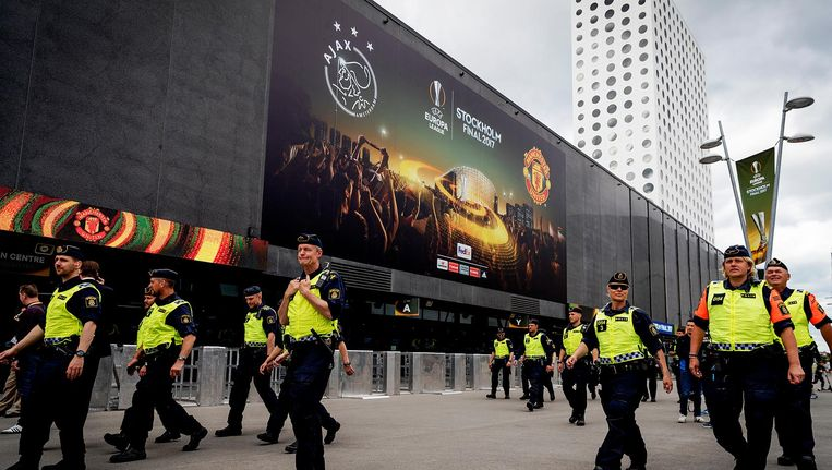 Politie bij de Friends Arena in Stockholm, waar Ajax traint ter voorbereiding op de finale tegen Manchester United vanavond. Beeld anp