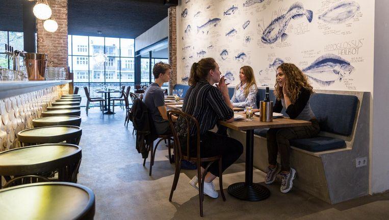 De keuken is open, maar niet helemaal: niemand wil naar huis met de vislucht nog in zijn kleren Beeld Tammy van Nerum