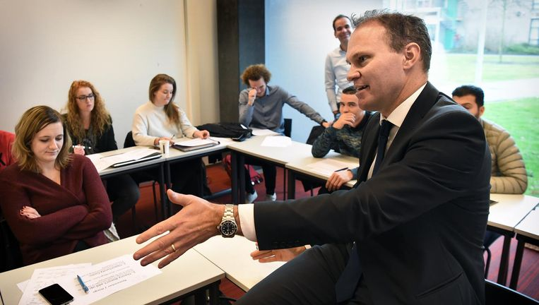Ansgar John Brenninkmeijer voor de klas in Zwolle. Beeld Marcel van den Bergh