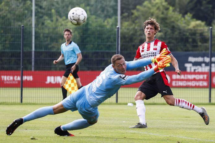 Sam Lammers schoot met scherp tegen KFC Uerdingen.
