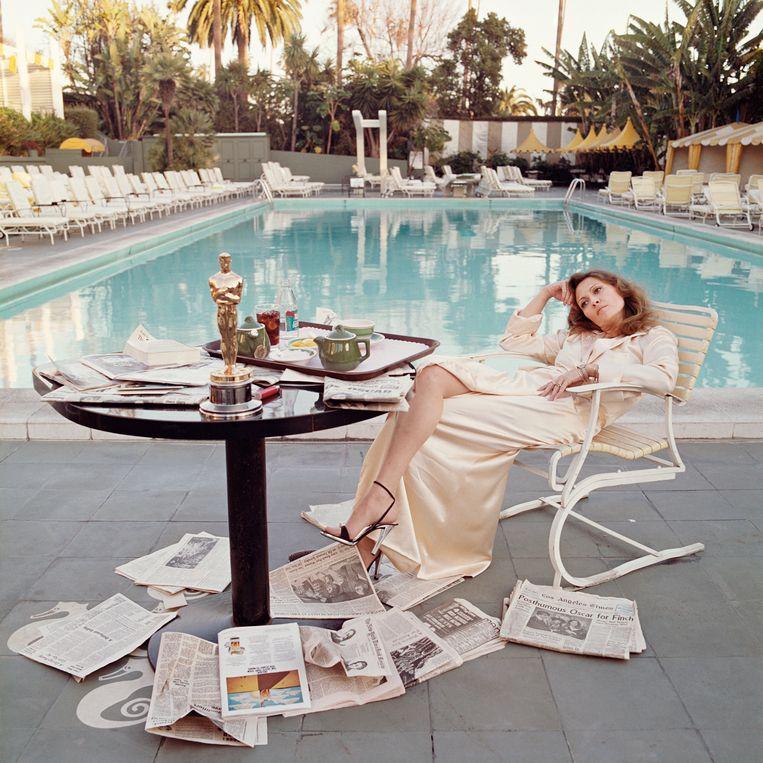 Faye Dunaway bij het zwembad van het Beverley Hills Hotel, 29 maart 1977. Beeld Terry O'Neill / Iconic Images
