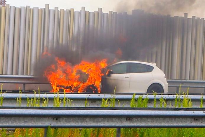 Auto in brand langs A2 bij Eindhoven