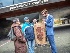 Protest tegen nieuwe Deventer pieten flopt: zes man bij provinciehuis van Overijssel