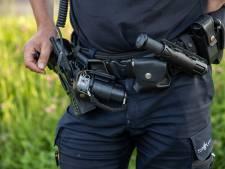 Man wil niet vertrekken uit achtertuin van woning in Overloon en bedreigt agenten met de dood