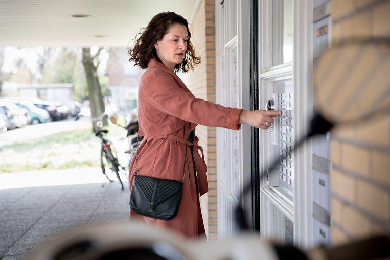 Leerplichtambtenaar Suzanne Kroon uit Rotterdam gaat sinds deze week langs de deuren om 'verdwenen' kinderen te bezoeken.  Beeld Arie Kievit