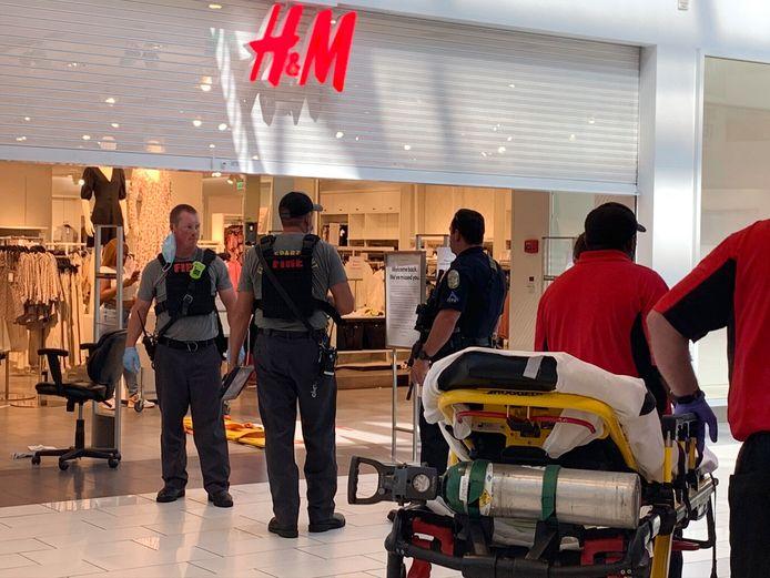 Politie doet onderzoek naar de schietpartij in het winkelcentrum Riverchase Galleria in Hoover in de Amerikaanse staat Alabama.