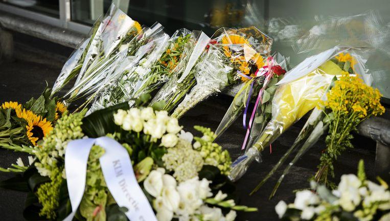 Bloemen ter nagedachtenis aan de MH17-slachtoffers op Schiphol Beeld anp