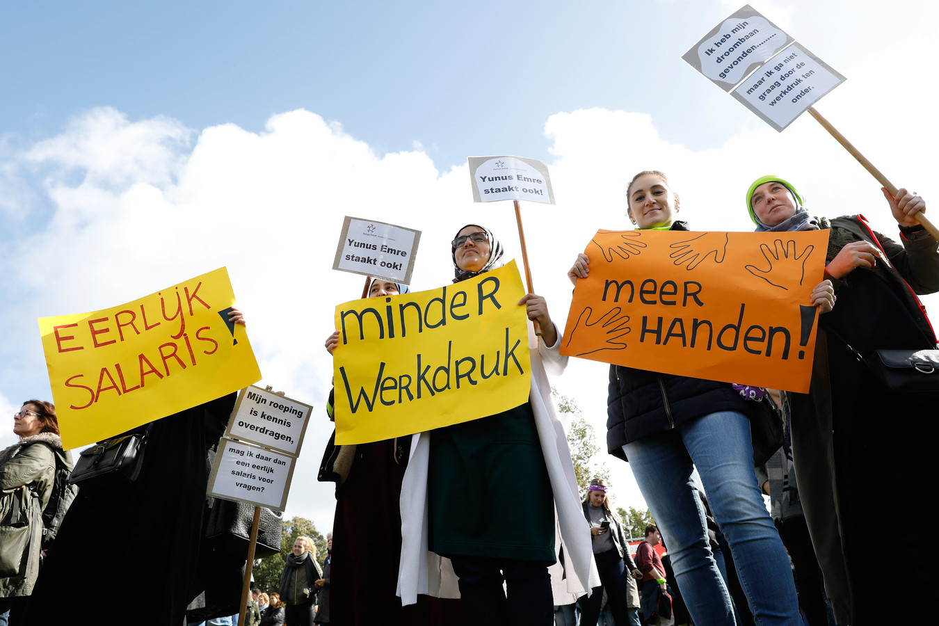 Basisschoolleraren tijdens de protestmanifestatie in het Zuiderpark.