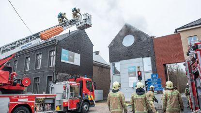 Leupegemstraat (N8) afgesloten voor blussen dakbrand