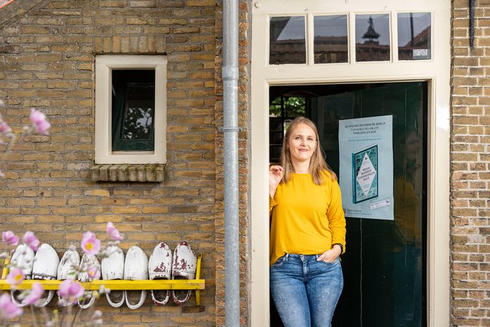 Saskia Maaskant voor de deur van 't Vissersuusje waarin haar Janna zo kan hebben gewoond. Al stond dat huisje aan de Steinstraat en is Brusea, met z'n Vissersuusje, te vinden aan de Oudestraat in Bru.