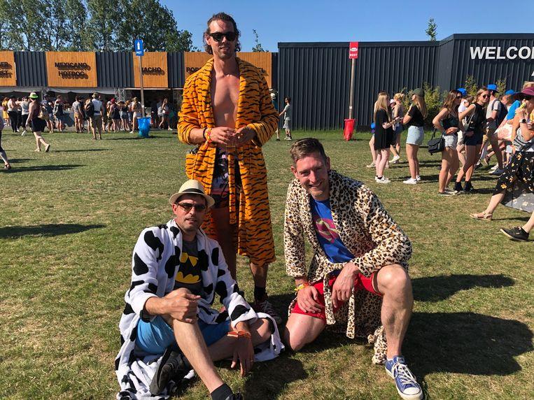 """Albert (36), Tim (39) en Melle (36) uit Den Haag zochten verkoeling onder hun badjas: """"het beschermt tegen de zon en het zit vrij comfortabel"""", klinkt het bij de Nederlanders."""