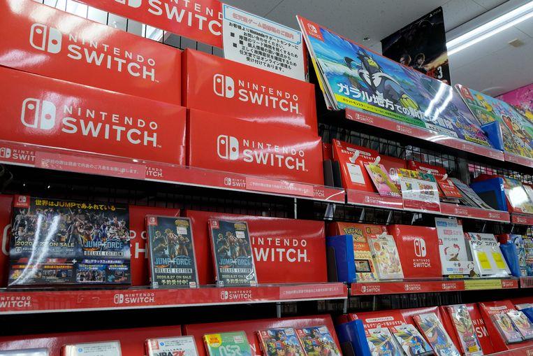 Nintendo Switch videospelletjes in de schappen van een winkel in Tokio.  Beeld AFP, Kazuhiro Nogi