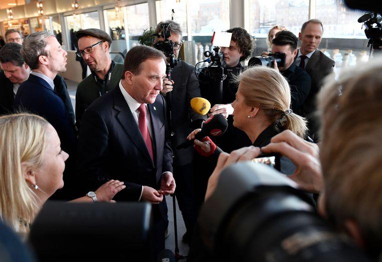 Sociaal-democraat Stefan Löfven staat de media te woord, nadat hij voor de tweede keer is beëdigd als premier van Zweden. Beeld AP