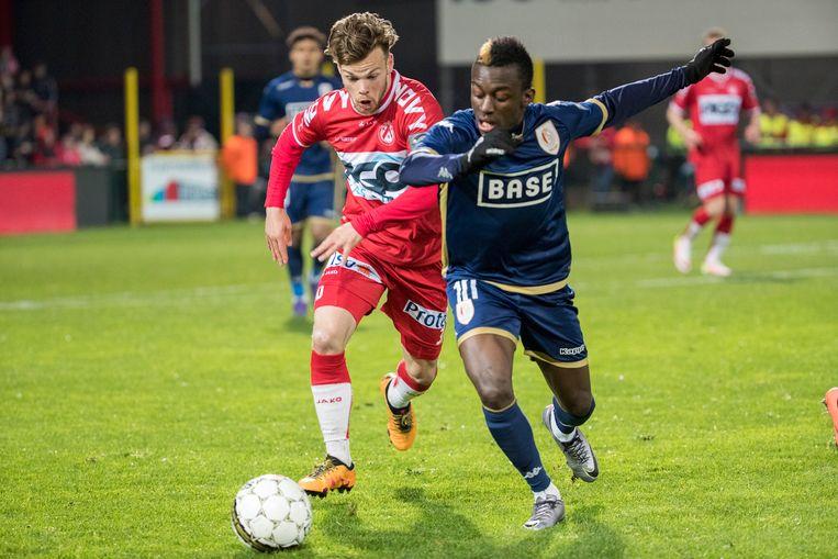 Dompé (rechts) in het shirt van Standard.