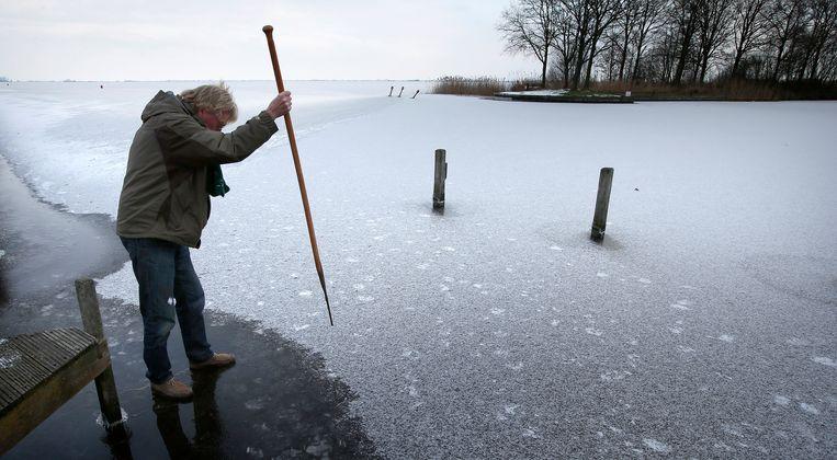 In januari 2013 werd er 5 centimeter ijs gemeten in het begin van De Luts aan het Slotermeer.  Beeld ANP