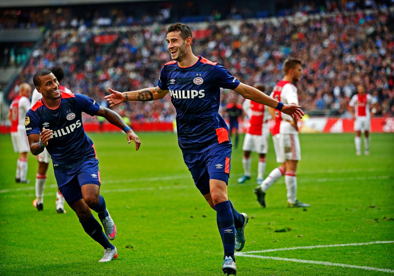 4-10-2015: Gaston Pereiro (rechts) heeft de winnende treffer binnengeschoten tegen Ajax en juicht met Luciano Narsingh.