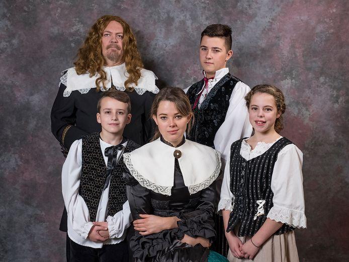 Michiel de Ruyter (Peter Reinders) met zijn gezin. In het midden zijn echtgenote Anna (Amber de Vrieze) in de musical van MTZ