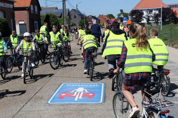 Leerlingen rijden op de fietsstraat aan 't Trapleerke.