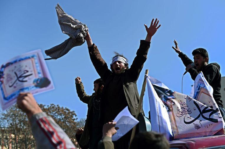 Demonstranten in Kabul dragen borden met daarop de tekst 'We houden van Mohammed' Beeld afp