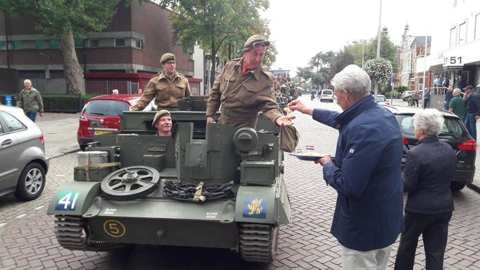 Wil van Gameren deelt kaasprikkertjes uit aan de 'bevrijders' in de Molenstraat van Oss.