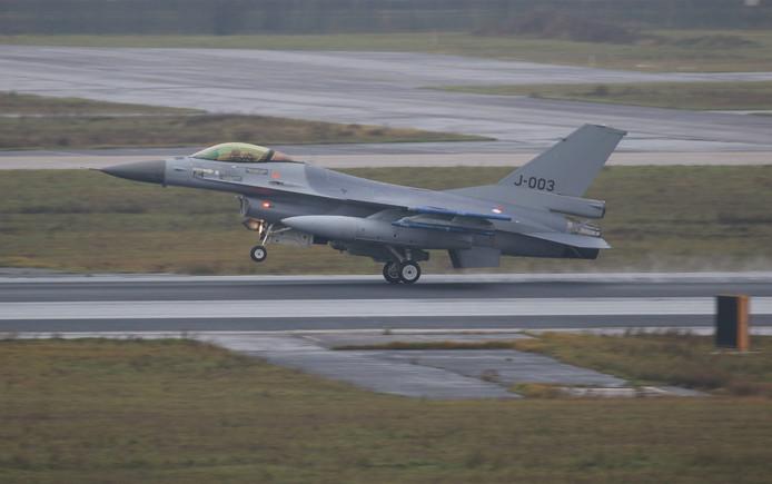 F-16 landt op Vliegbasis Eindhoven