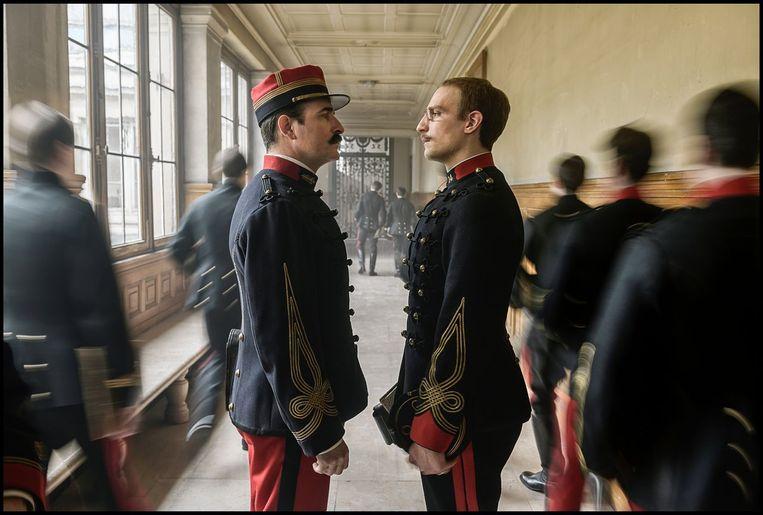 Jean Dujardin als Picquart (links) en Louis Garrel als Dreyfus in J'accuse.  Beeld