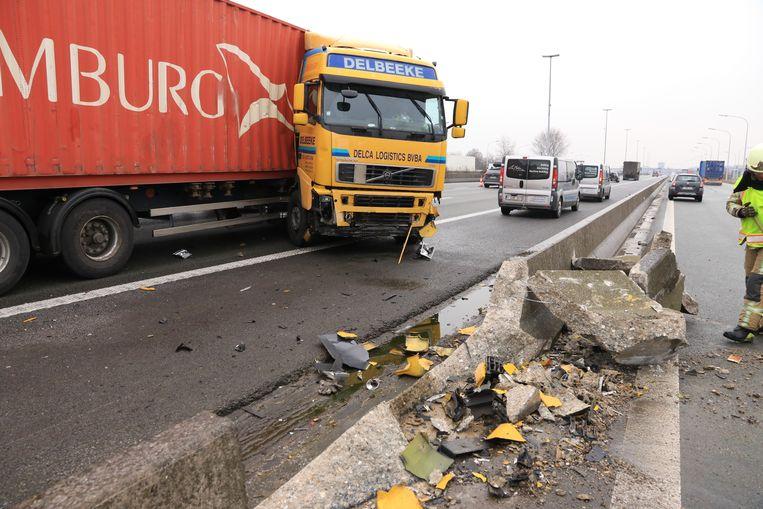 Een vrachtwagen ging in schaar en ramde de middenberm.