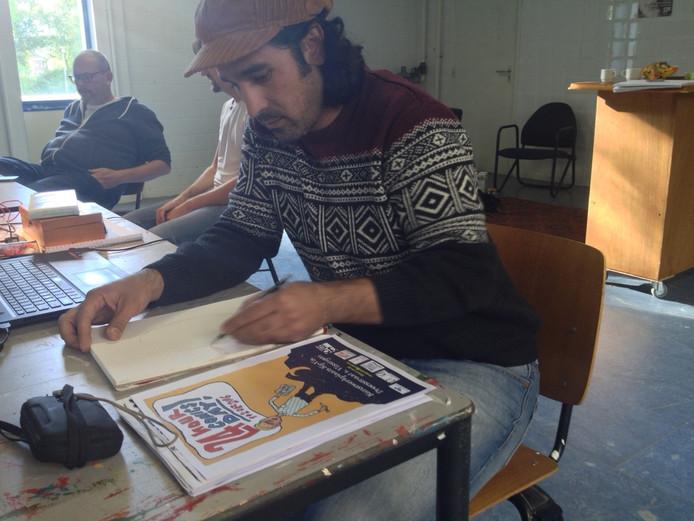 Rebwar Parvici aan het werk met op de achtergrond organisator Ben Vranken bij Kunstwerkplaats Kipvis in Vlissingen.