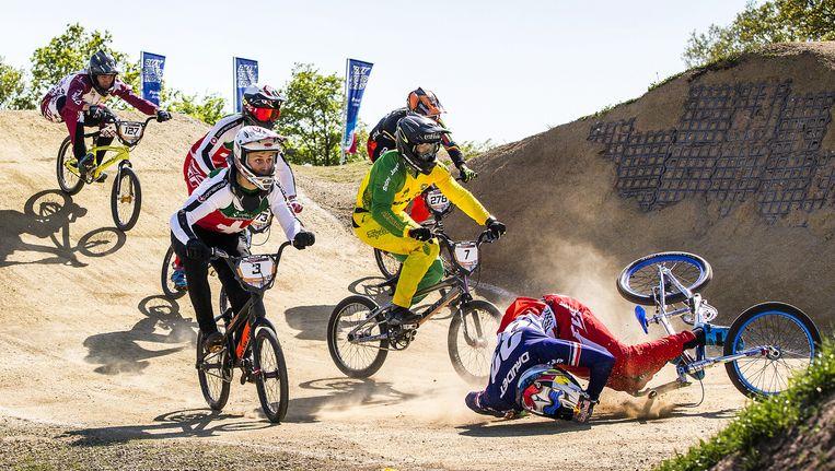 Tijdens de wereldbekerwedstrijd BMX op de baan in Papendal komt Fransman Joris Daudet zondag ten val op de heuvels na de eerste bocht. Beeld null