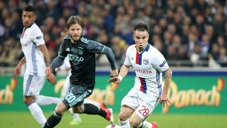 Lasse Schöne met Mathieu Valbuena in de halve finale tegen Olympique Lyon op 11 mei. Ajax verloor met 3-1, maar haalde toch de finale omdat het thuis met 4-1 had gewonnen. Beeld getty