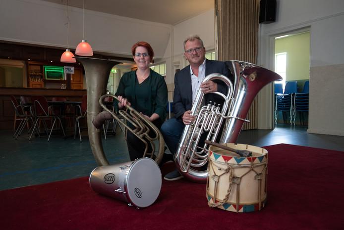 Voorzitter Jessica van Dijk en oud-voorzitter Rico Doorn van de jarige muziekvereniging De Broederband. De vereniging overleefde door diversiteit te bevorderen.