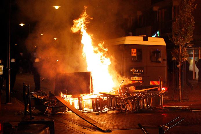 In het centrum van Haren woedt in 2012 een brand die werd gesticht door relschoppers.  De politie kwam in actie nadat wat een ludieke bijeenkomst had moeten worden, uitmondde in rellen.