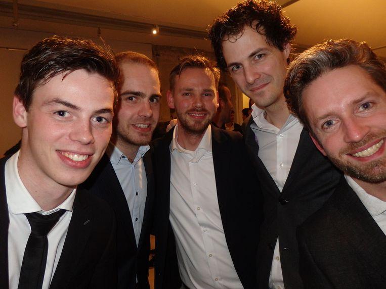 Kijk aan, mannen in pak! Jordi Wippert, Tim van de Langkruis, Pieter Nicolai, Koen Bollen en Jort de Vries (vlnr). En van welke krant, heren? Oh, van Blendle zelf. Beeld Schuim