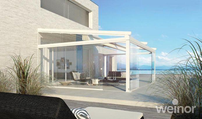 Een glazen terrasoverkapping.