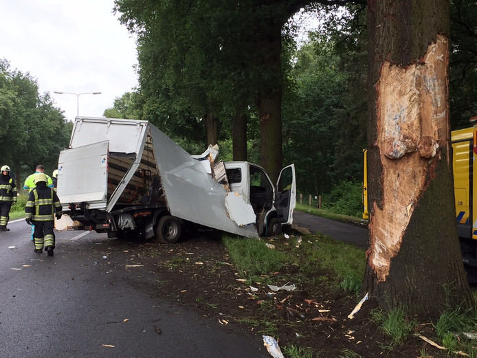 Het vrachtwagentje schampte de eerste boom, om tegen de volgende boom tot stilstand te komen