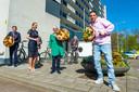 Ali B bezorgde in april van dit jaar bloemen bij eenzame ouderen in Gouda, die vanwege corona geen bezoek konden ontvangen. Links burgemeester Pieter Verhoeve.