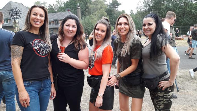 Claudia (39), Rachelle (33), Manon (27), Marieke (38) en Margo (52)