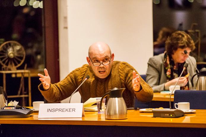 Protest in de raadszaal van de gemeente Nieuwkoop in Nieuwveen tijdens de meningvormende raad tegen het  toekennen van woningen aan statushouders in Nieuwkoop in januari 2016. Vooral omwonenden van het Koetshuis protesteren heftig tegen de komst van de statushouders.