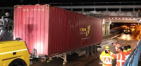 Weg weer vrij nadat opnieuw truck klem zat onder berucht viaduct Waalwijk, ook twee ongelukken op A59 even verderop