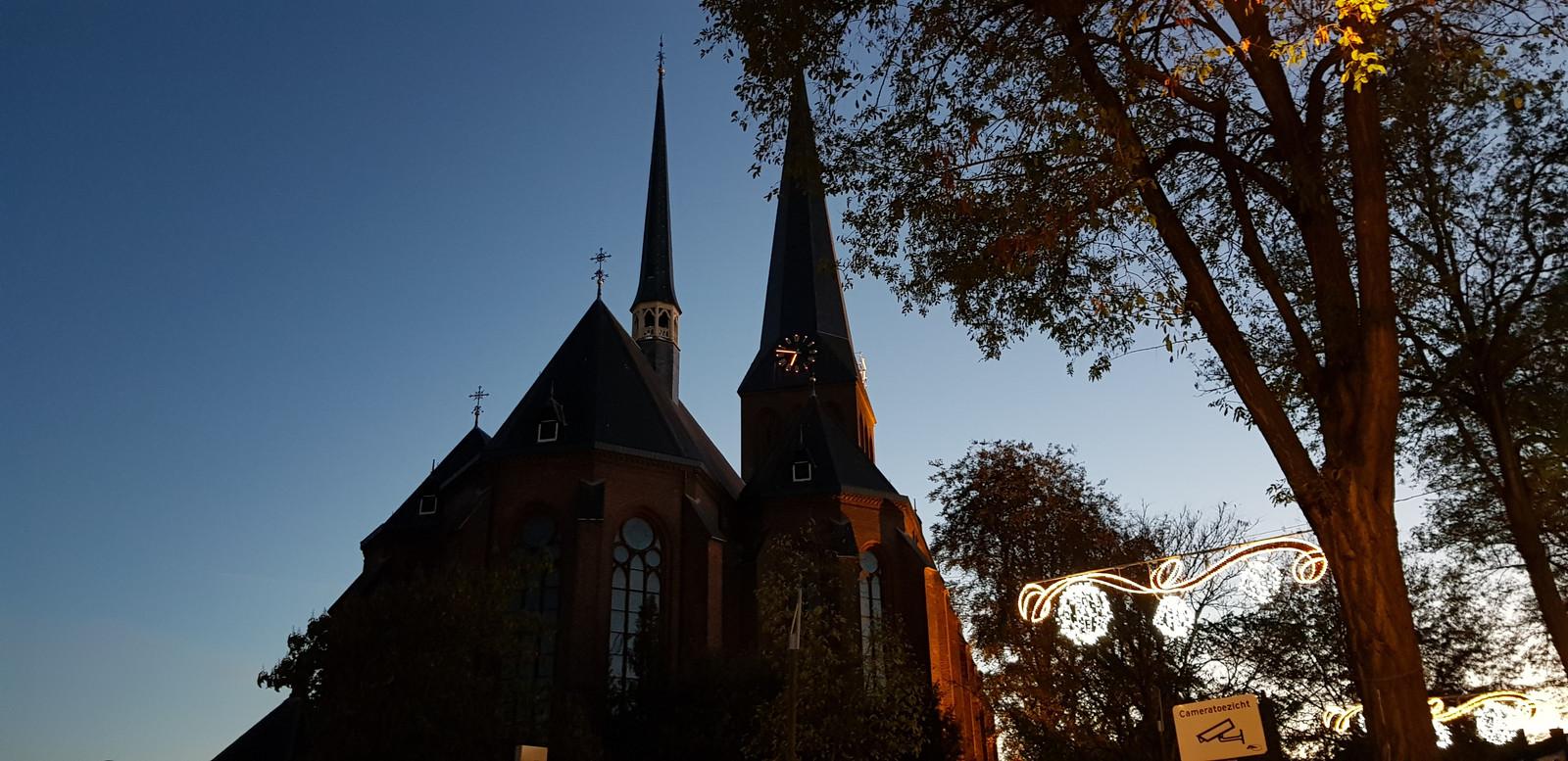 Van de Lambertusbasiliek zijn alleen de wijzers van de klok verlicht.