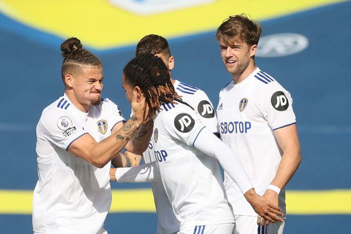 Hélder Costa is het middelpunt van het feestje van Leeds United na zijn eerste goal tegen Fulham.