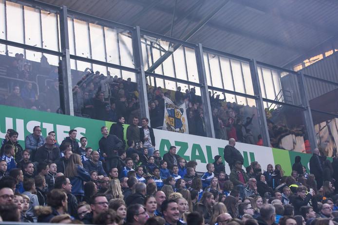 Beeld uit het Rat Verlegh stadion. Bovenin het uitvak met RKC-supporters, daaronder het vak met kinderen.