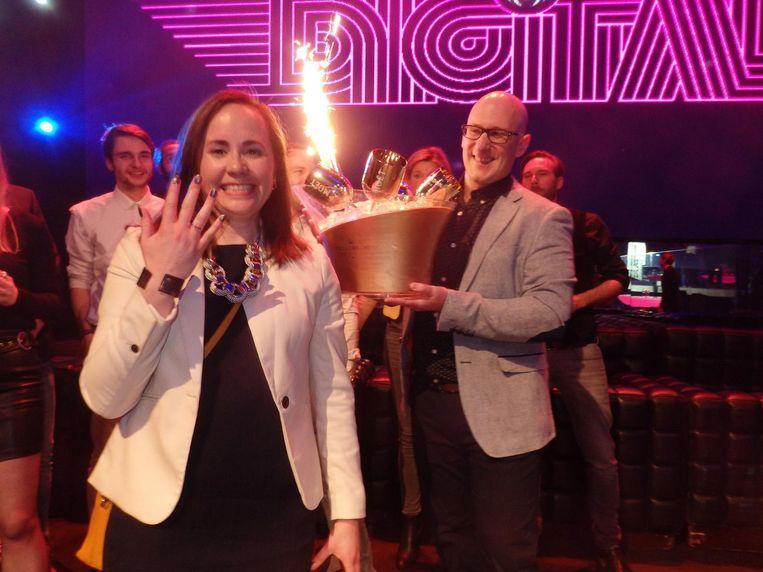 Tjendra da Costa wordt op het podium ten huwelijk gevraagd door Raymond Martens, beiden van Active Collective en zilveren winnaar Innovation. Mini-All you need. Beeld Schuim