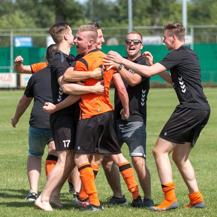 Dolle vreugde bij de spelers van Hoeve Vooruit nadat Erix is verslagen.