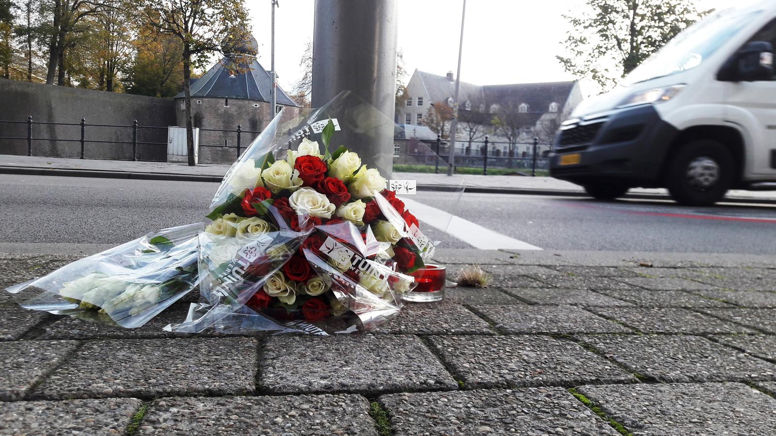 Bloemen liggen op de kruising Prinsenkade/Adriaan van Bergenstraat in Breda op de plek waar afgelopen weekend Paul Pluijmert werd doodgestoken.