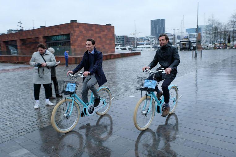 Jim Briels en Max Machtelinckx van Cloudbike op hun fietsen.
