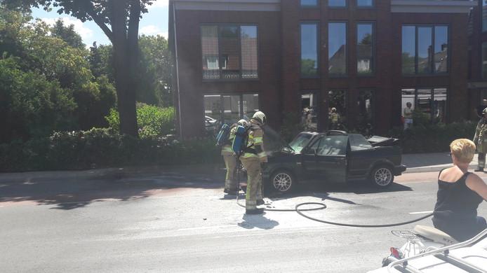 Een cabriolet in brand op de Herenstraat in Rhenen.