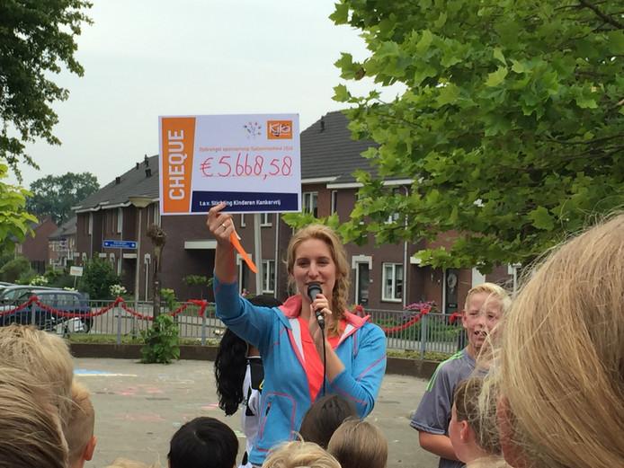 Directeur Saskia van der Stouw toont het opgehaalde bedrag: ruim 5.668 euro